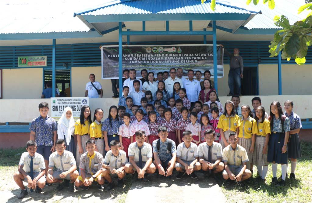 Groepsfoto bij de symbolische toekenning van de studiebeurzen bij een school in Putussibau | Foto: SOC