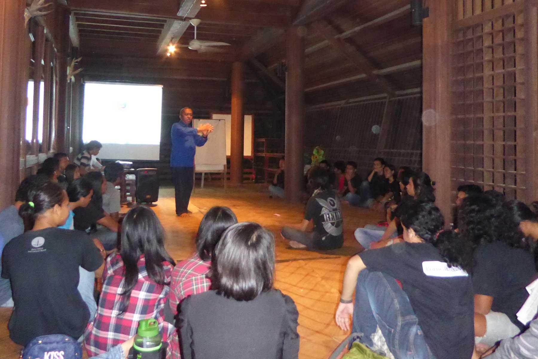 Workshop in het longhouse naast het opvangcentrum | © SOC
