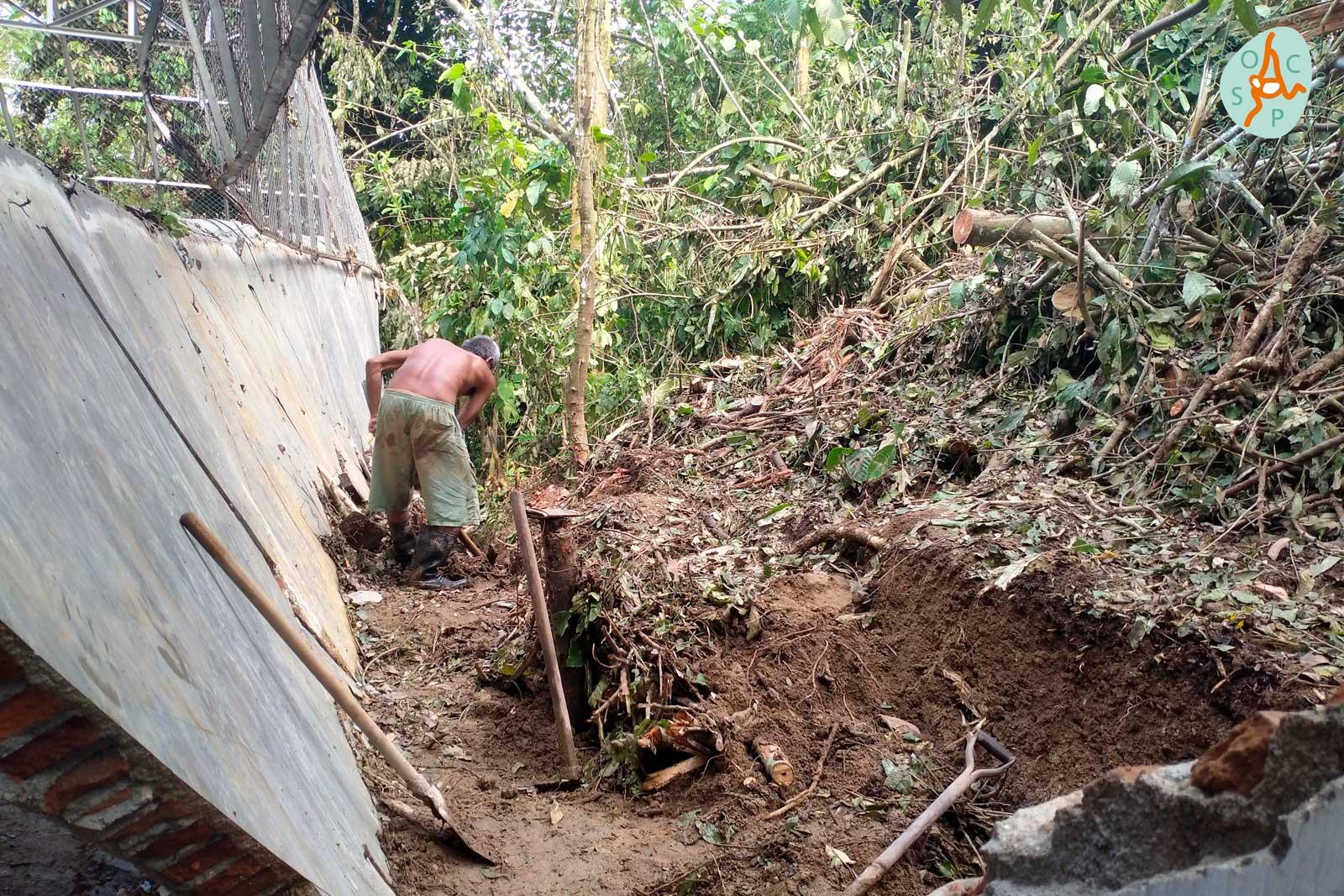 Een muur van het pasgebouwde Biosafety Facility moet na de aardverschuiving weer worden uitgegraven | © SOCP