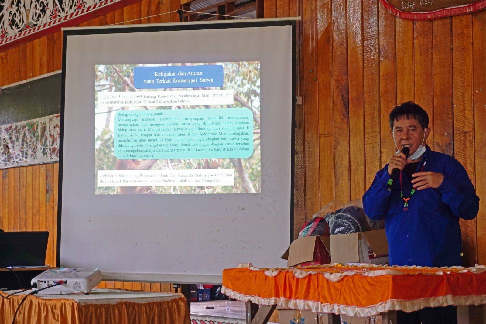 SOC-directeur Dudung tijdens een presentatie in een van de dorpen rond het vrijlatingsgebied | © SOC